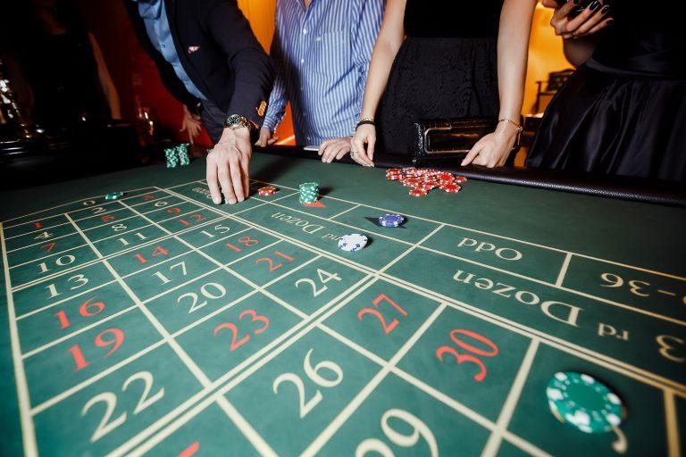 Meneer doet een weddenschap op de roulette in een online casino